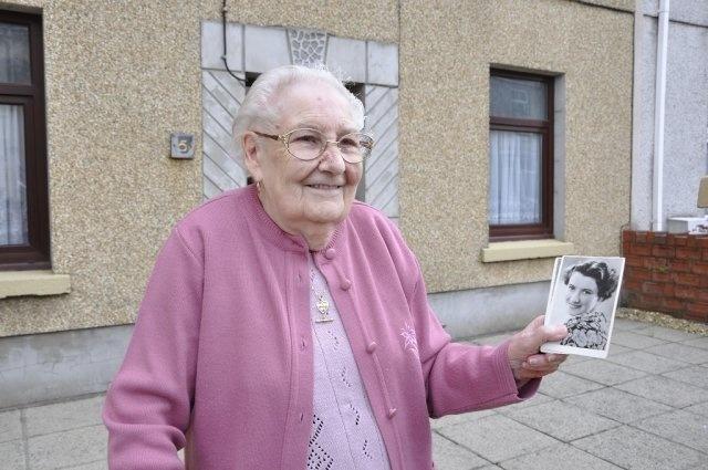 Ruth Madoc Unveils Dorothy Squires Blue Plaque